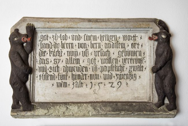 Gedenktafel zur Einweihung der reformierten Kirche Reinach im Jahr 1529 mit dem Berner Bär / Foto: Markus Hässig