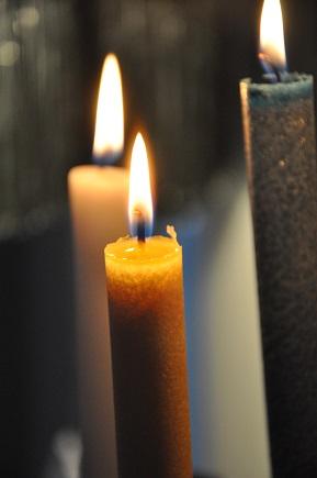 Beim Anzünden von Kerzen im Advent und an Weihnachten offen sein dafür, dass durch Jesus Gottes Licht in die Welt kommt.