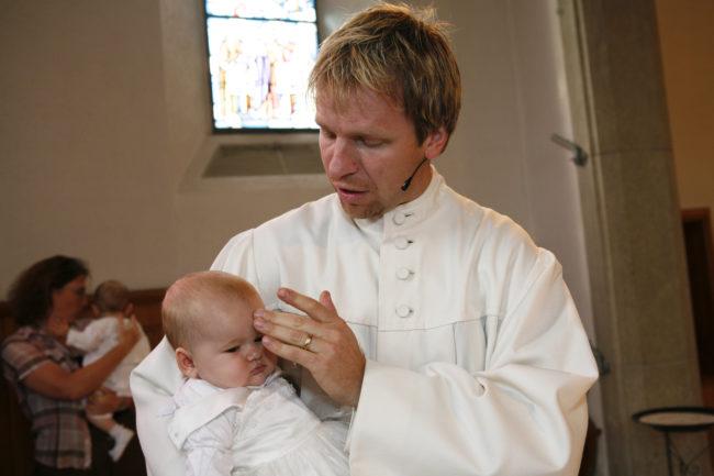 Von Taufen wird aufgrund der Ansteckungsgefahr und der Hygienevorschriften vorläufig noch abgeraten. (Taufe durch Martin Kuse)
